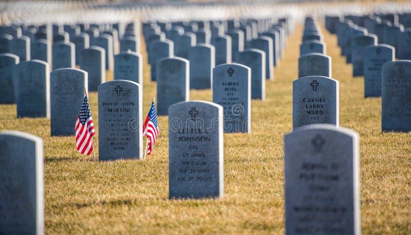 Fileiras das lápides em Abraham Lincoln National Cemetary imagem de stock