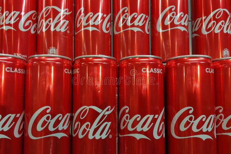 Fileiras das latas de alumínio do casco, imagem de stock royalty free