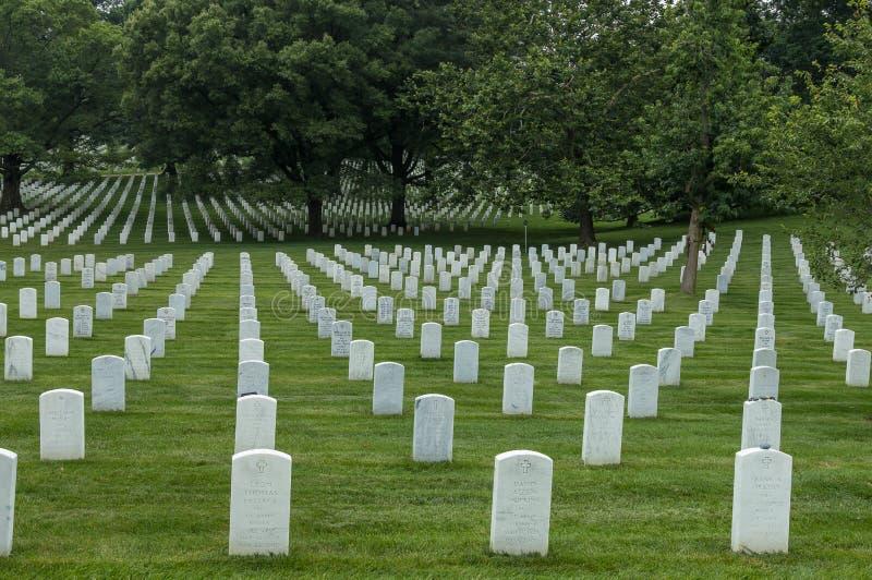 Fileiras das sepulturas no cemitério nacional de Arlington imagem de stock royalty free