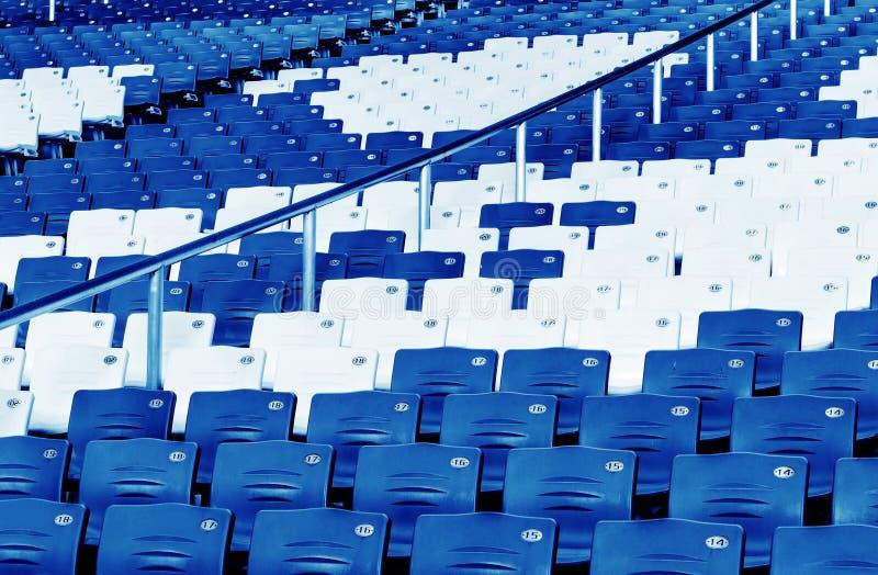 Fileiras de assentos azuis imagens de stock royalty free