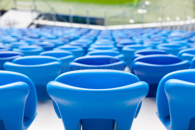 Fileiras de assentos azuis no estádio de futebol Assento conveniente para tudo fotografia de stock