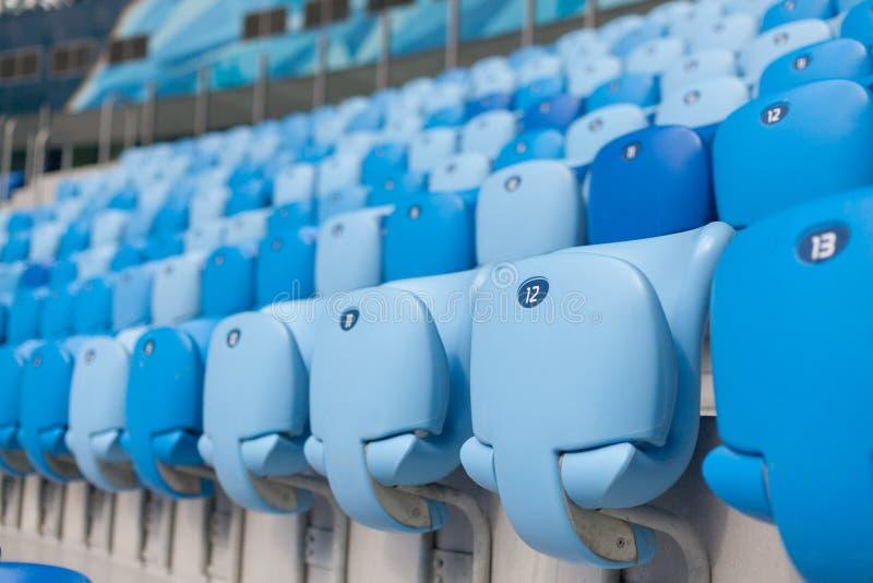 Fileiras de assentos azuis no estádio de futebol Assento conveniente para tudo imagem de stock royalty free