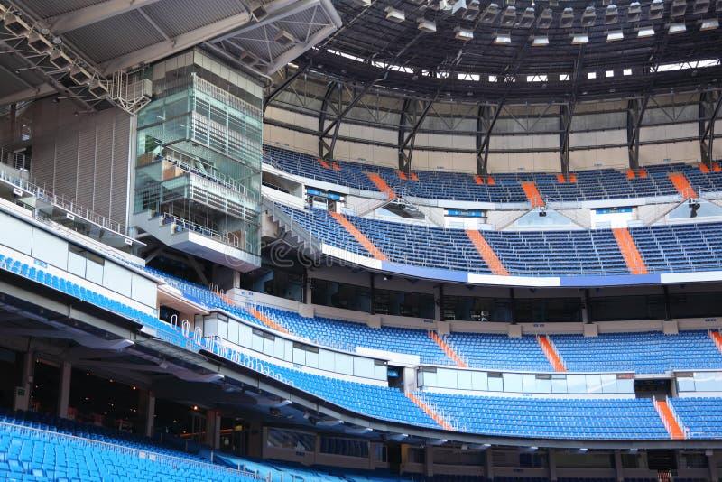 Fileiras de assentos azuis para fãs no estádio vazio. fotos de stock royalty free