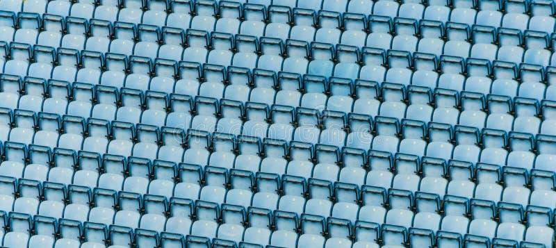 Fileiras de assentos plásticos azuis do estádio foto de stock royalty free