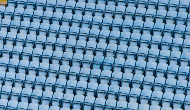 Fileiras de assentos plásticos azuis do estádio imagem de stock royalty free