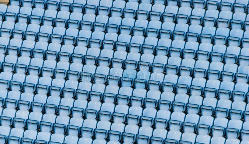 Fileiras de assentos plásticos azuis do estádio imagens de stock