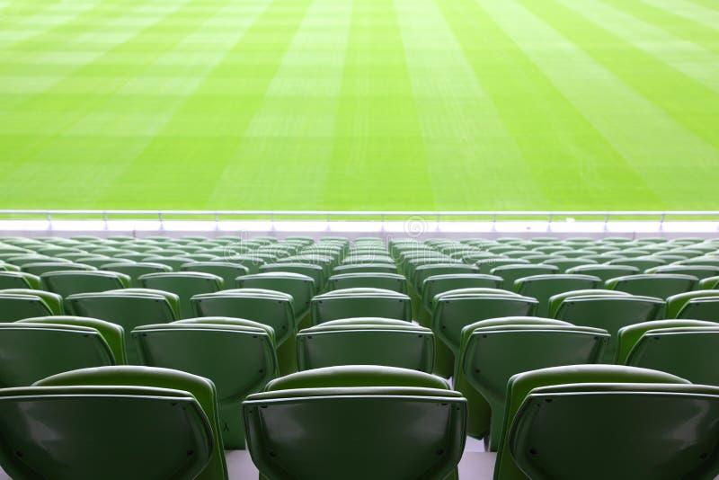 Fileiras de assentos plásticos dobrados no estádio vazio fotografia de stock