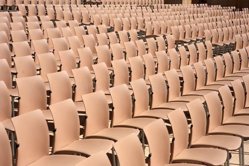 Fileiras de assentos plásticos vazios fotos de stock