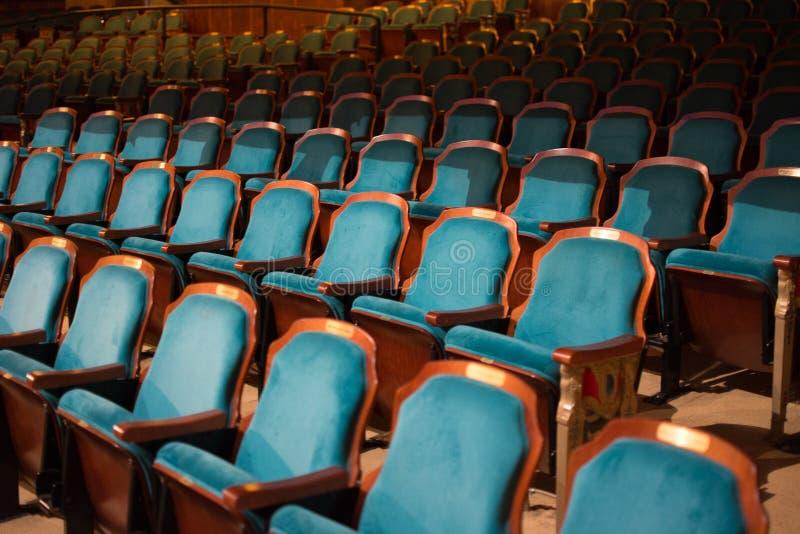 Fileiras de assentos vazios do teatro imagens de stock royalty free