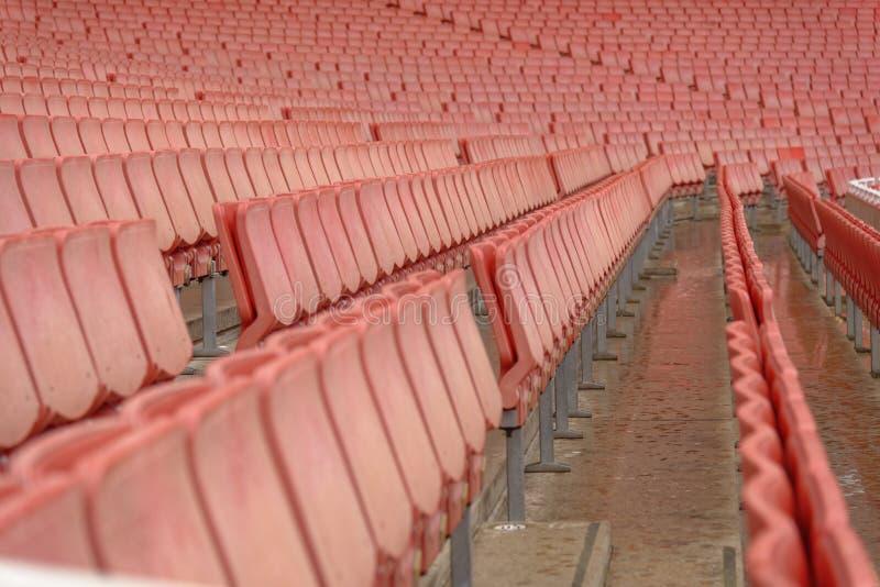 Fileiras de assentos vermelhos do estádio fotos de stock