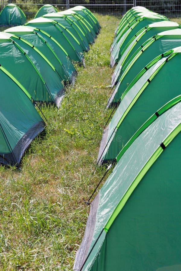 Fileiras de barracas de acampamento no acampamento imagem de stock