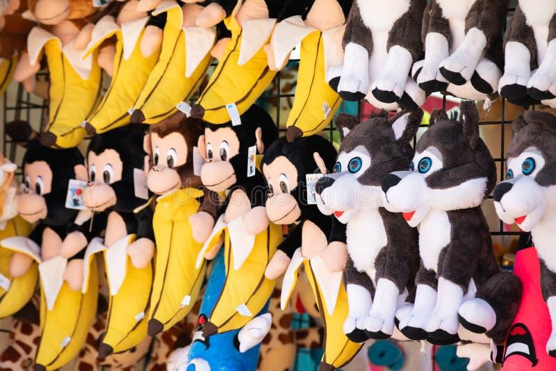 Fileiras de brinquedos do macaco e do lobo foto de stock