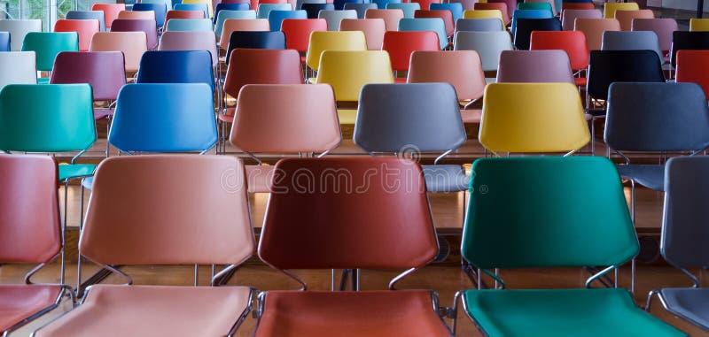 Fileiras de cadeiras coloridas fotografia de stock