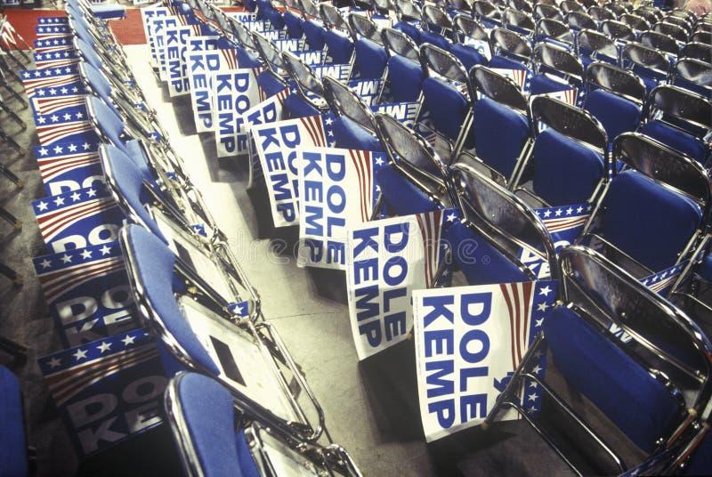 Fileiras de cadeiras e de sinais dobrados de Dole/Kemp na convenção nacional republicana em 1996, San Diego, CA foto de stock royalty free