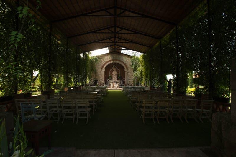 Fileiras de cadeiras em uma cerimônia de casamento exterior, capela mexicana do oudoor da fazenda foto de stock