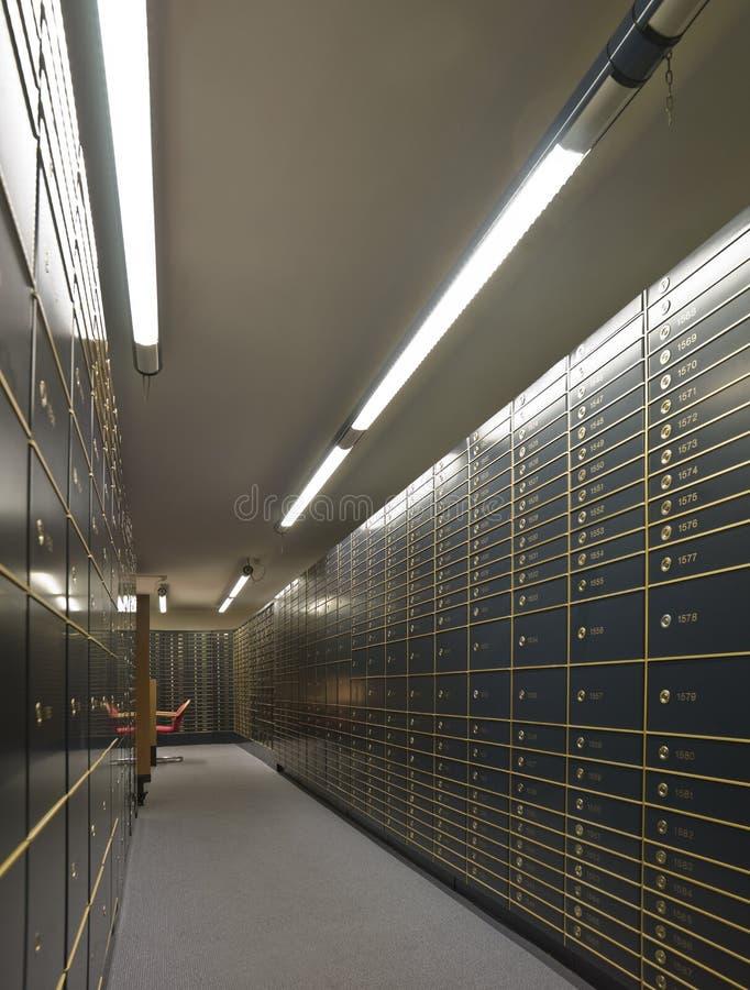 Fileiras de caixas de depósito seguro luxuosos foto de stock