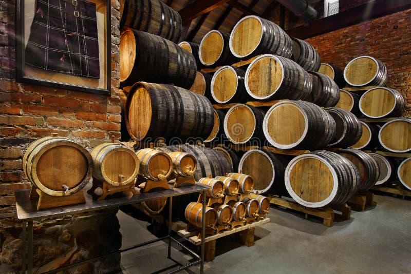 Fileiras de cilindros alcoólicos no estoque distillery Conhaque, uísque, vinho, aguardente Álcool nos tambores foto de stock royalty free