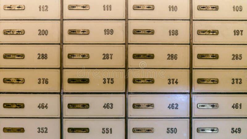Fileiras de cofres da segurança em um cofre-forte de banco ou em uns cacifos da segurança imagem de stock royalty free