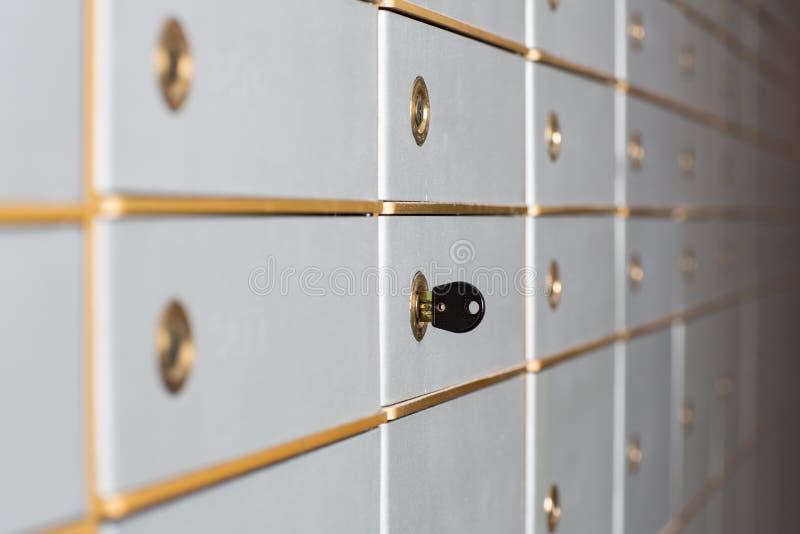Fileiras de cofres da segurança ou de cacifos da segurança imagens de stock