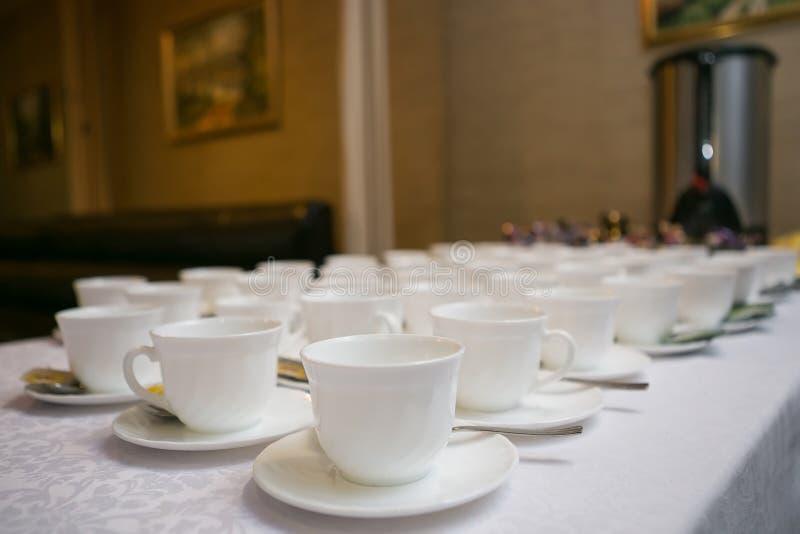 Fileiras de copos do café ou de chá para o fundo fotografia de stock