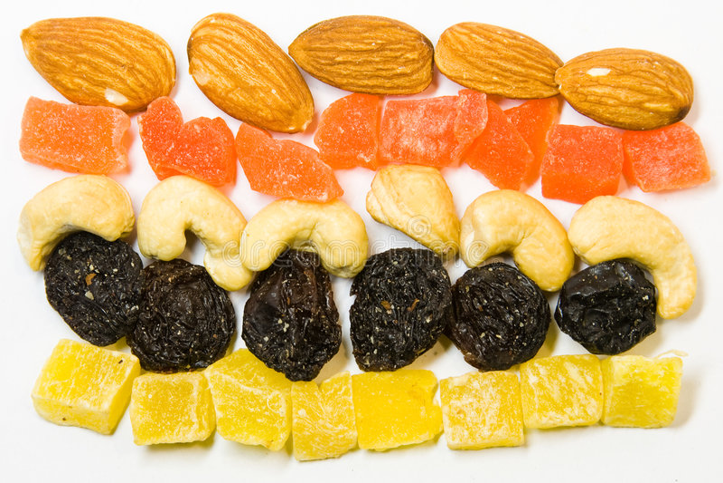 Fileiras de frutas e de porcas secadas imagem de stock