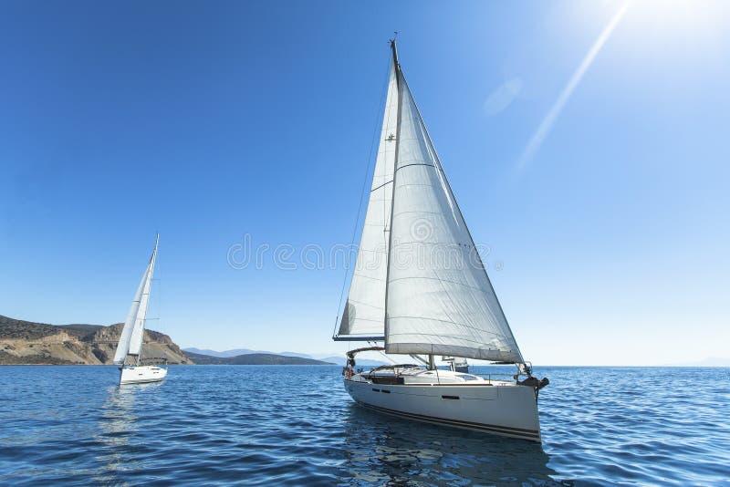 Fileiras de iate luxuosos na doca do porto Barcos na regata da navigação fotos de stock