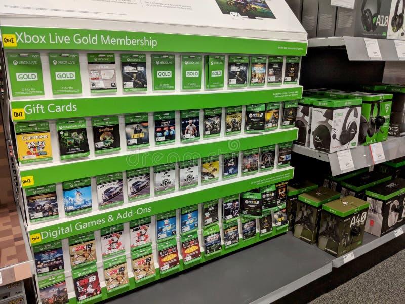 Fileiras de jogos do Xbox One na exposição dentro da loja de Best Buy imagem de stock