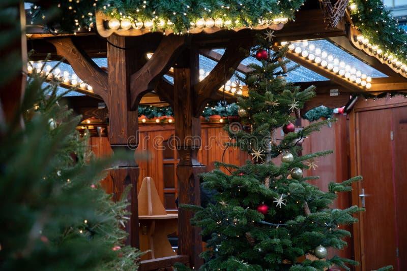 Fileiras de luzes de Natal brilhantes no pavilhão de madeira da feira tradicional do Natal em Berlin Germany Decora??es do ano no imagens de stock royalty free