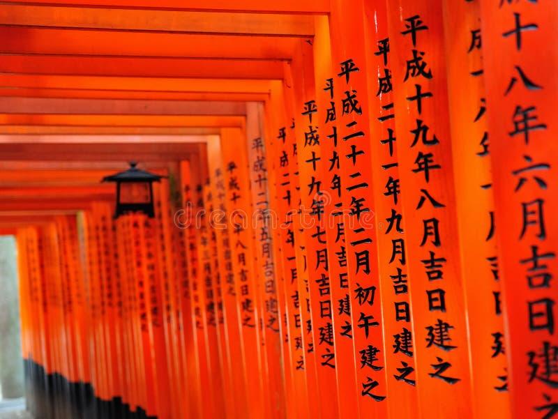 Fileiras de portas do torii do santuário de Fushimi Inari Taisha foto de stock