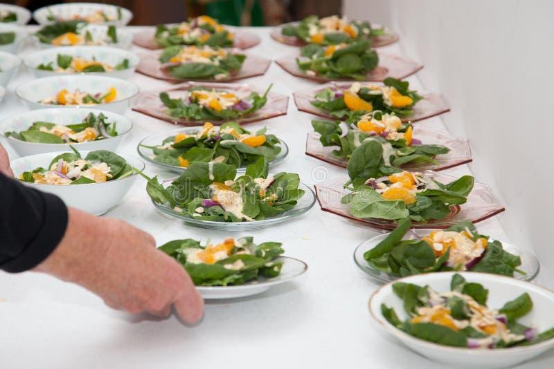 Fileiras de saladas dos espinafres em um partido imagens de stock royalty free