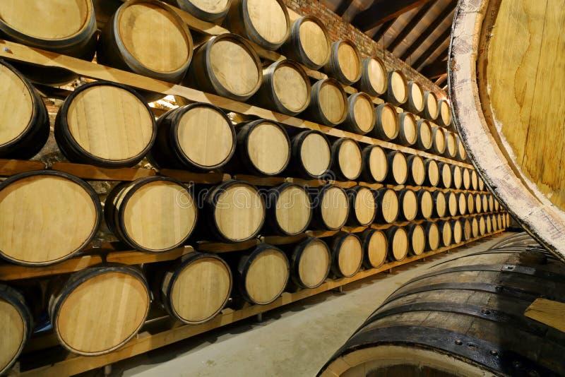 Fileiras de tambores do ?lcool no estoque distillery Conhaque, u?sque, vinho, aguardente ?lcool nos tambores foto de stock royalty free