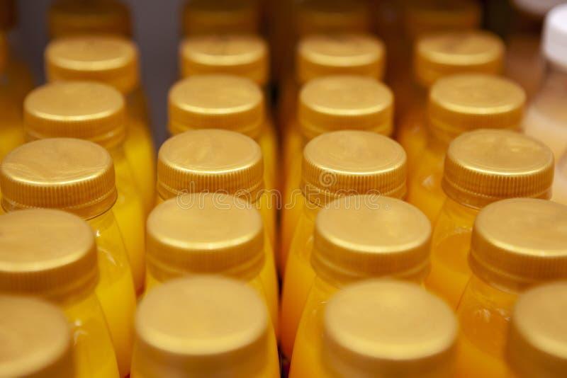Fileiras de tampões de garrafa para o suco imagem de stock