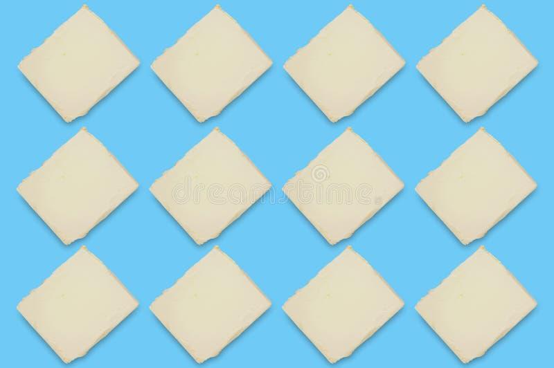 Fileiras de tijolos da manteiga ou da margarina gorda na tabela azul na cozinha Vista superior fotografia de stock