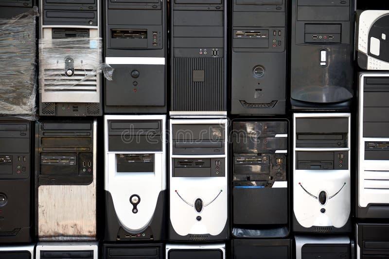Fileiras de torres empilhadas, usadas, antiquadas do computador de secretária imagem de stock