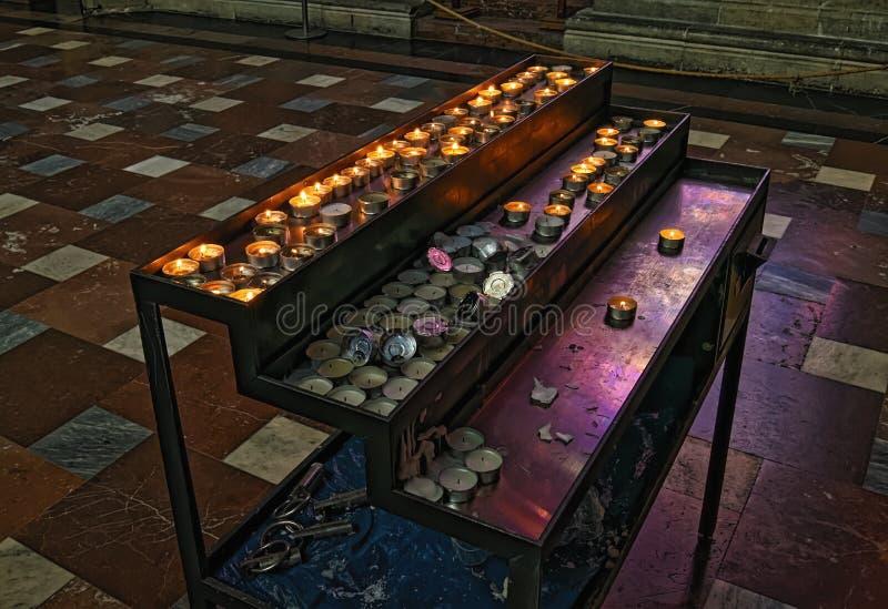 Fileiras de velas ardentes em St Vitus Cathedral Rep?blica Checa, Praga imagem de stock royalty free