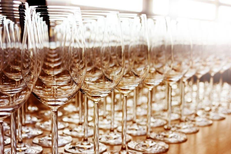 Fileiras de vidros altos vazios brilhantes fotos de stock royalty free