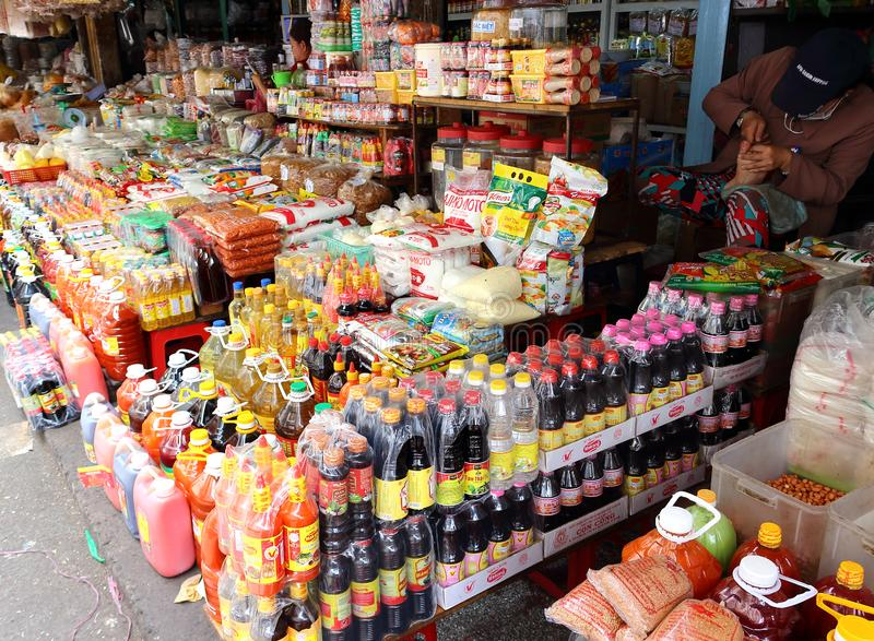 Fileiras do mantimento no mercado asiático foto de stock