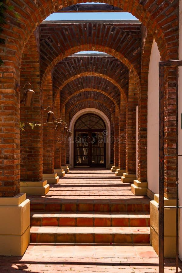 Fileiras dos arcos em Adobe Guadalupe Winery em Ensenada, México fotografia de stock