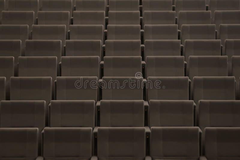 Fileiras dos assentos em um teatro imagens de stock