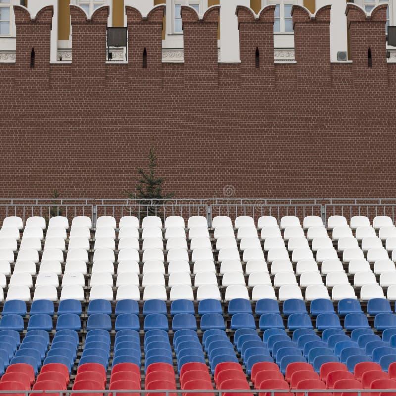 Fileiras dos assentos nas cores da bandeira do russo no quadrado vermelho em Moscou imagens de stock royalty free