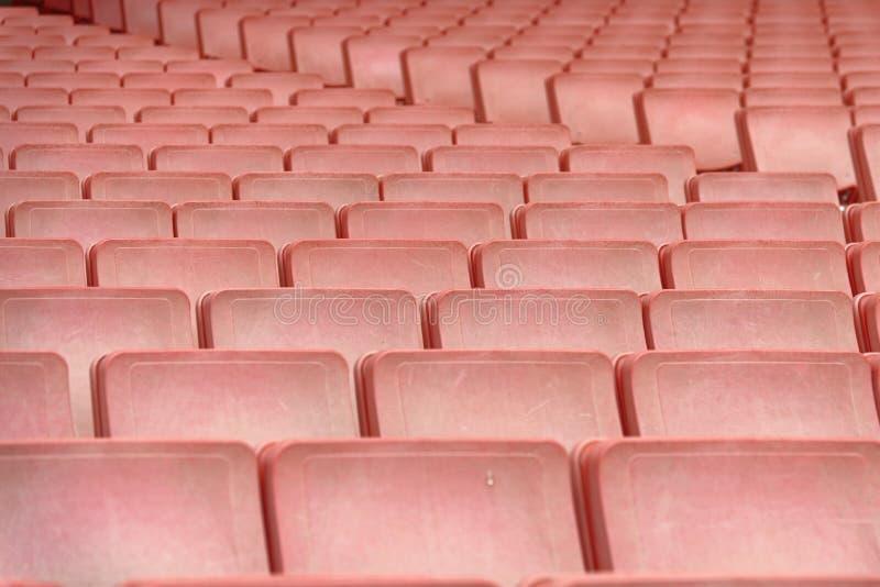 fileiras dos assentos vermelhos que formam um teste padrão repetitivo imagem de stock royalty free