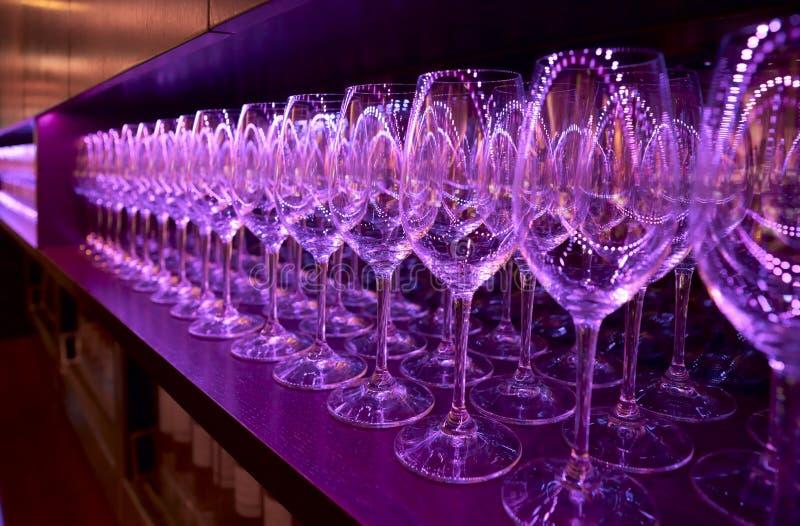 Fileiras dos wineglasses fotos de stock royalty free