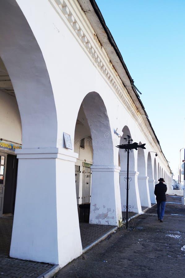Fileiras no Kostroma, uma galeria de arcos bonitos imagem de stock royalty free