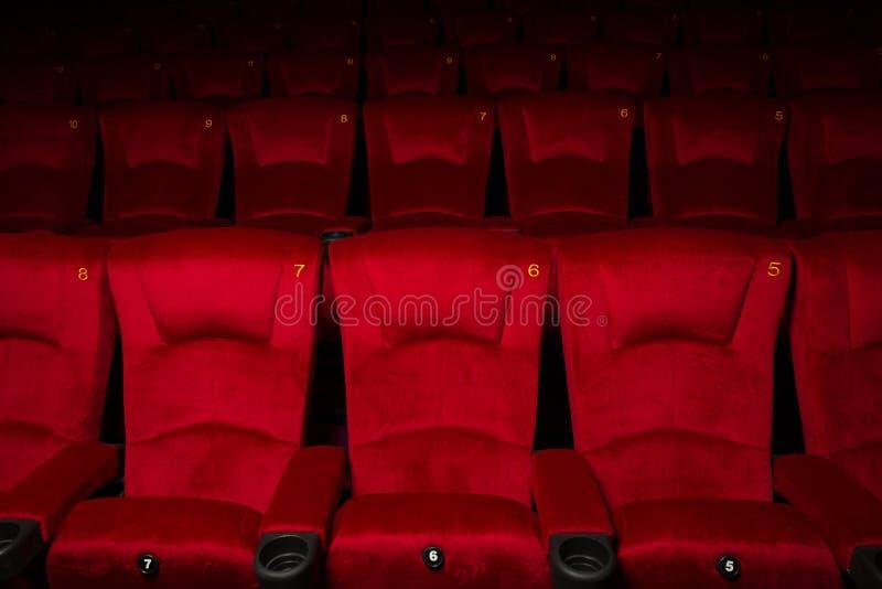 Fileiras vazias de assentos vermelhos do teatro ou do filme imagens de stock