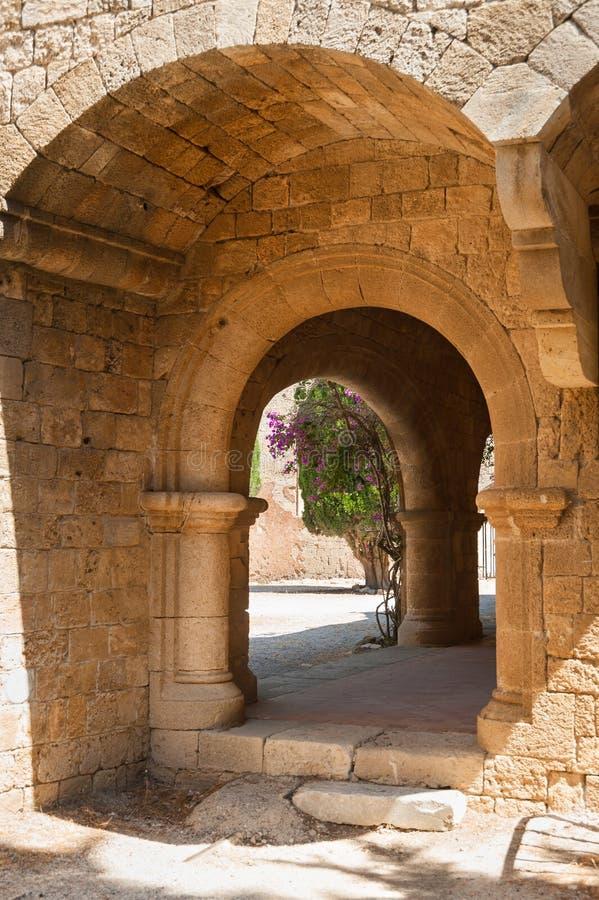 Filerimos修道院,跑沿墓地的石工柱廊 Lindos 免版税库存图片