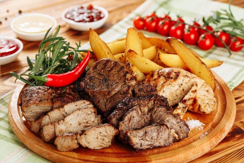 Filet Chili Pepper French Fries de viande de rôti images libres de droits