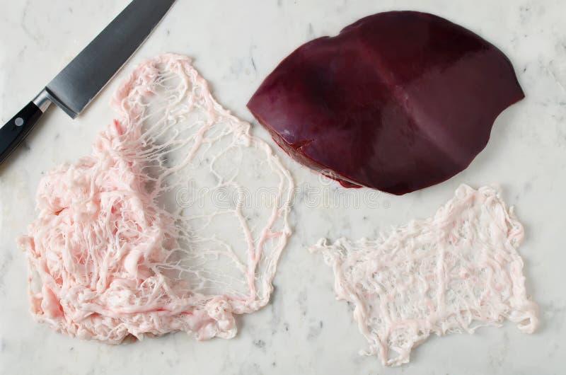 Filet cru de graisse de foie et animale sur une table de marbre photographie stock libre de droits
