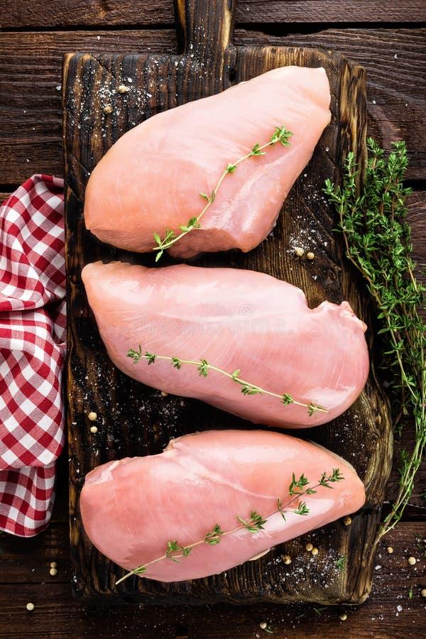 Filet cru de viande de poulet sur le fond en bois photos stock