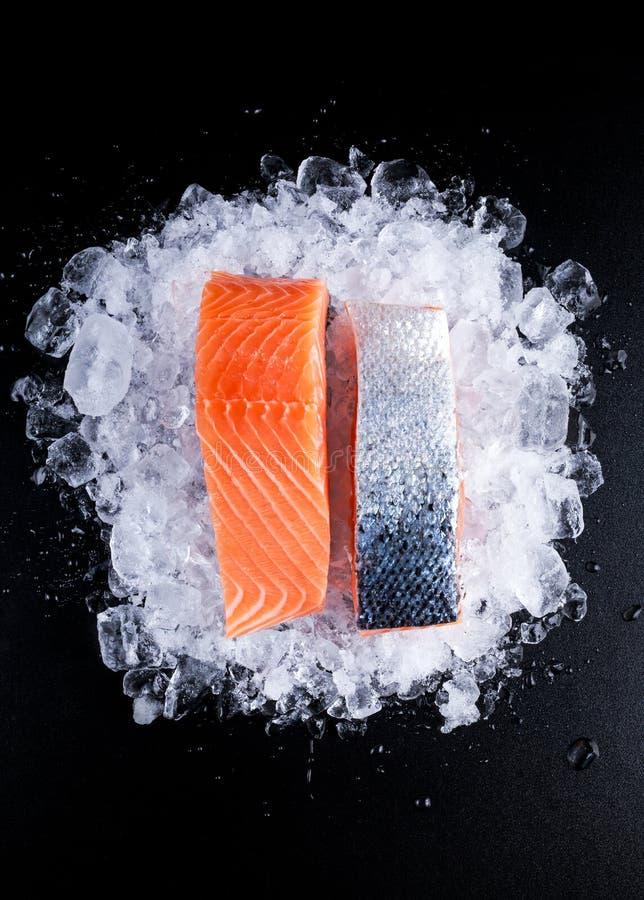 Filet cru frais de deux saumons sur la glace photo stock