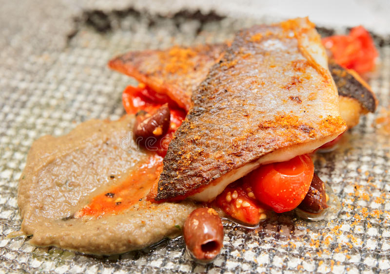 Filet de bar cuit de la manière sicilienne photos stock